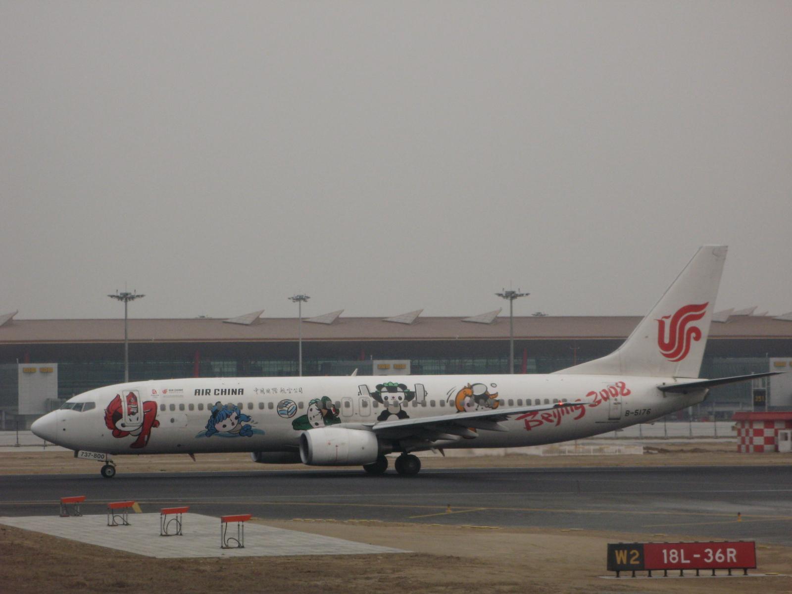 从北京机场出发,飞机在跑道上排队等待起飞的时候,我突然发现了一架